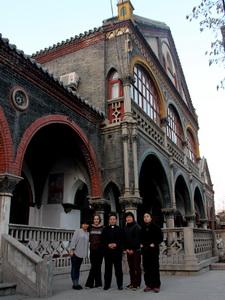Met pastoor Wang voor de bisschopsresidentie